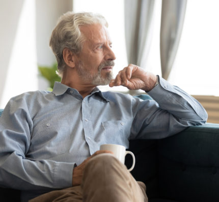 Ein älterer Mann der über seine Bestattung nachdenkt