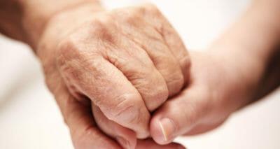 Zwei Hände die sich gegenseitig halten